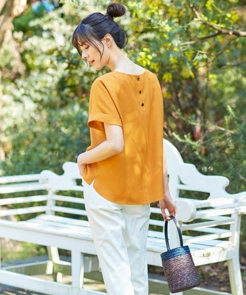 WEB限定のオレンジカラーのトップスsにシンプルなパンツを合わせたコーディネート。¥22,000で手に入る魅惑のセットアップは単品使いもいけます!