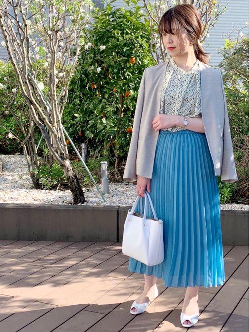 通勤コーディネートにもトレンドを。  旬のレオパード柄とプリーツスカートがポイントです。  モデル身長:158cm