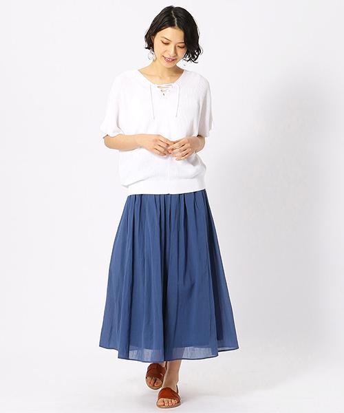 シワ加工がナチュラルなフレアロングスカートとサマーニットで春夏の爽やかコーディネート。