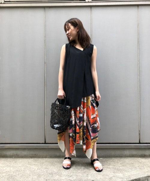 斜めのカットが綺麗なブラウスは、シンプルながらも1枚で様になるデザイン。 フレアシルエットが女性らしい印象を与えます。 裾がアシンメトリーになったスカートを合わせて上品なイメージで仕上げました。 足元にはオレンジをポイントに。