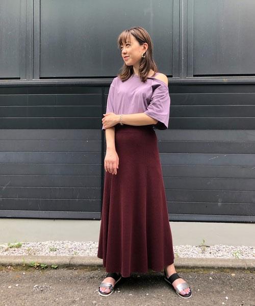アシンメトリーのデザインが今年らしいカットソーはワンショルダーで 大人な肌見せが出来るアイテムです! 落ち着いたパープルの色でコーデに上品さをプラス。 ロングスカートで女性らしい印象に仕上げました