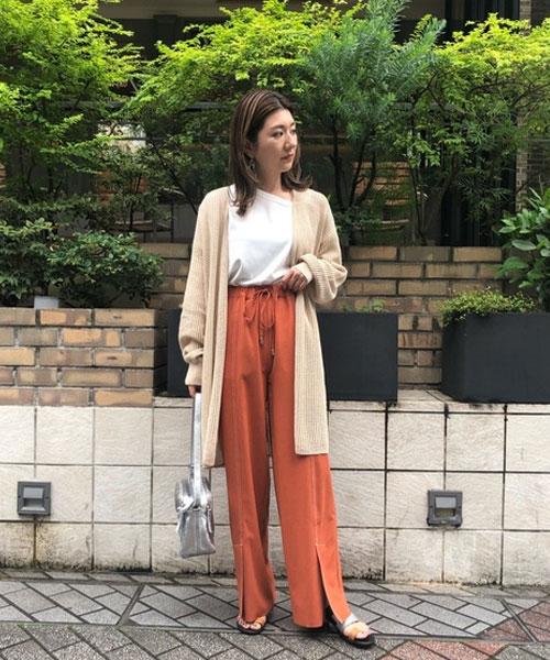 今すぐから秋まで着れるコーディネート。 透け感のあるカーディガンは夏の日焼け防止や室内の温度調整に使える1枚!センタースリットのパンツはツルツルした素材やウエストのゴムが楽に綺麗に履いていただけます。