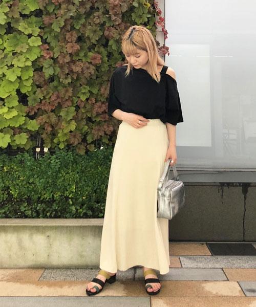カジュアルな素材のワッフルナロースカートは、細身のシルエットなので女性らしく着られるアイテムです。Tシャツは肩のカットがポイントで、袖はアシンメトリー。 シンプルなモノトーン合わせでも、形にこだわることでグッとおしゃれに見せてくれます○