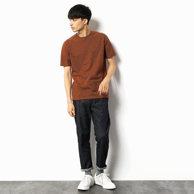 今季大人気カラー、ブラウン! 定番のTシャツ×デニムのシンプルコーデはソックスで合わせてワンポイントを。