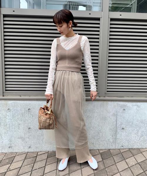 毎年人気のビスチェ付きスカートは下にデニムを合わせたり、今回の様にリブニットのボトムを合わせたりと様々な組み合わせが出来て◎