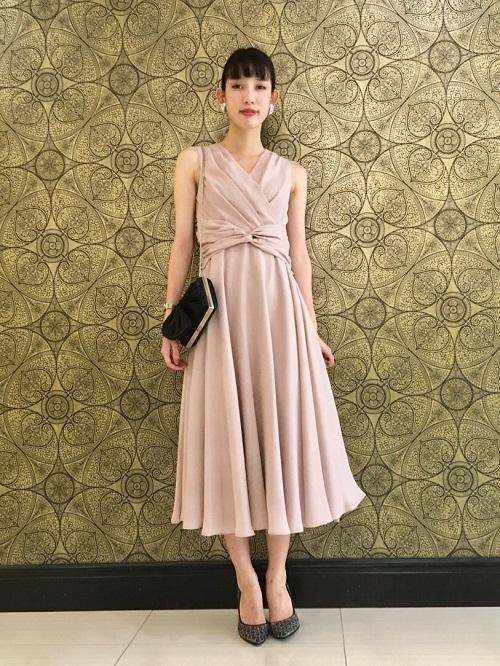 シンプルですが形に拘っていていて着るとボディーラインが綺麗に出てシルエットがとにかく綺麗なドレスです。 丈が長めですがウエストの位置が高めなのでどの身長の方も綺麗に見えやすいです!  H:165