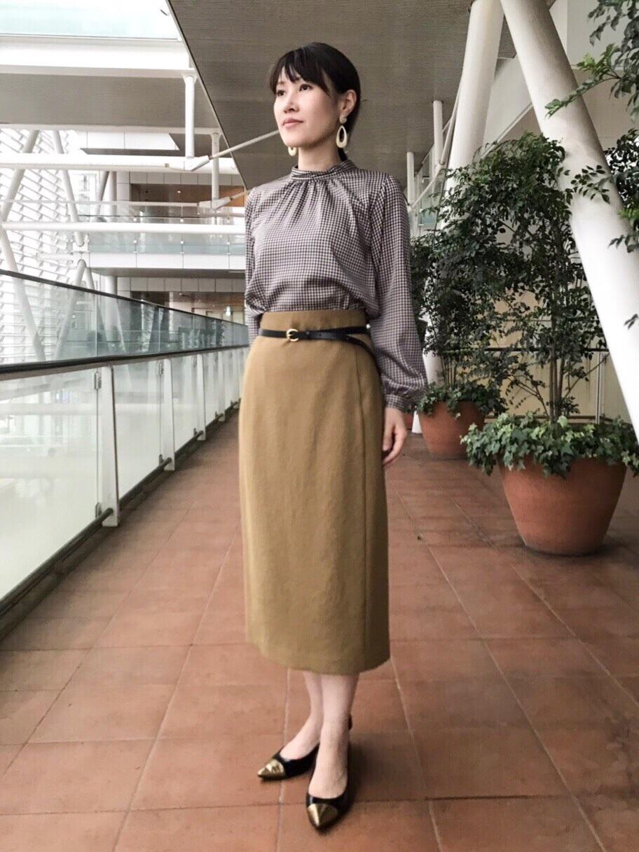 スタンドネックのブラウスは、程よい張りとツヤのある素材で女性らしいシルエットが作れます。 ボトムをキャメル色のタイトスカートにすることで優しい印象に。 (ブラウス、スカートともに7号着用)  玉川高島屋ショッピングセンター  MODEL:H153cm