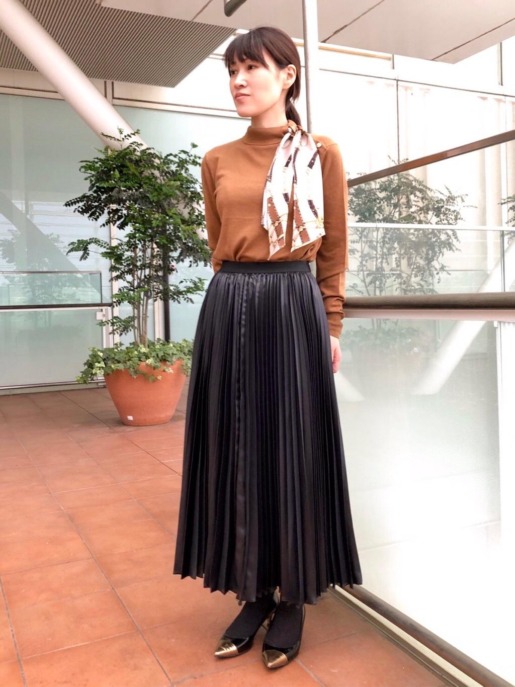 トレンドのスカーフがセットになったニットは、アレンジもしやすく顔まわりが明るく見えます。 ロングプリーツスカートを合わせて今年らしいコーディネートに。  (トップス9号、スカート7号着用)  玉川高島屋ショッピングセンター  MODEL:H153cm