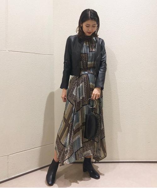 ロング丈の柄ワンピースは1枚でおしゃれに着こなせ、レザージャケットと合わせると綺麗めでかっこよいコーディネイトができます☺︎ ショートブーツはすごく軽く、とても歩きやすいアイテムです!ぜひチェックしてみてください☺︎