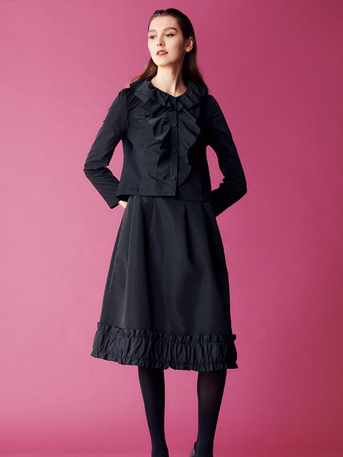 分量感をおさえて大人っぽく仕上げたラッフル襟のジャケットはタフタとジャージーのドッキングでコンパクトでありながら着やすさも追求。タック&ギャザーのフリルが可愛いスカートとあわせてオータンフェミニティなルックス