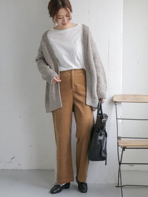 南米ペルー産のウール糸をざっくりとしたローゲージの手編みで仕上げたペルーニット。 ビッグサイズのシルエットが抜け感を演出し、体をすっぽりと包み込むデザインがウォーミーな一着。  モデル:168cm