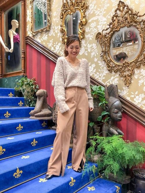 インポートの糸を使用した柔らかな風合いが素敵なニット❤︎ざっくりとしたVネックが女性らしく、お洒落な1枚です。パンツにもスカートにも合うので、持っていたら重宝して頂けると思います♩  H:155