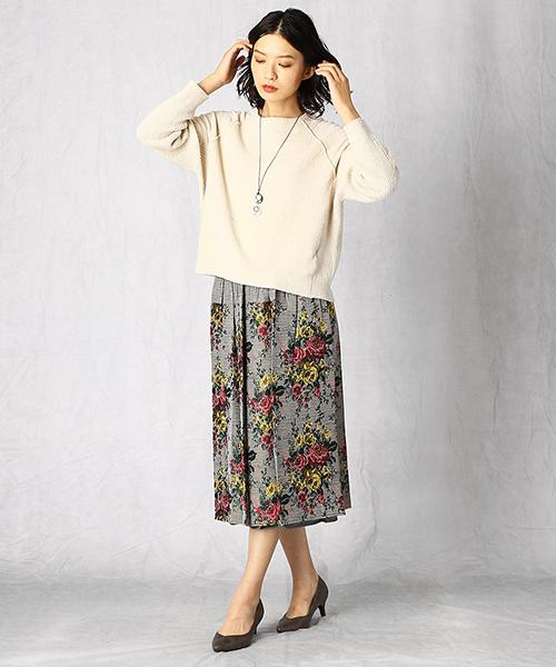 華やかなゴブラン柄のリバーシブルスカートで、一気に秋らしい表情に!トップスは無地で明るめのカラーを選んで、顔周りは明るい印象に。