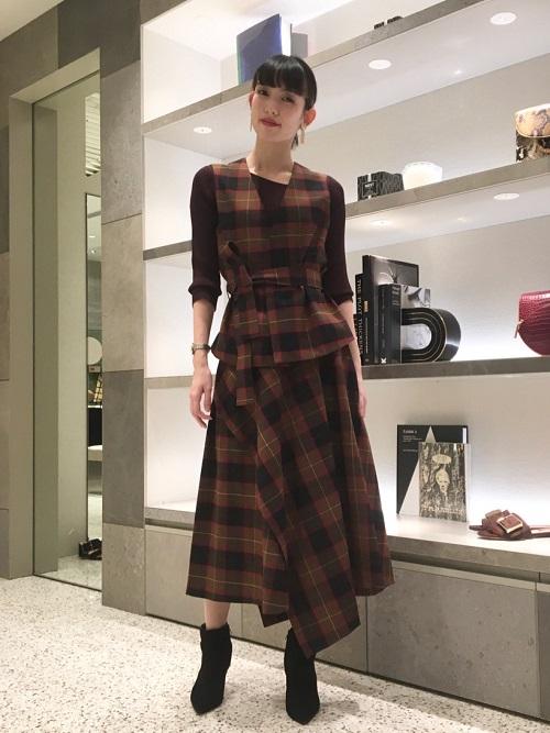 イタリアCANGIOLI社のウール混の素材を贅沢に使用したベストとスカートのセットアップです! 秋冬らしいシックな色合いでセットアップで着るととっても可愛いです。 スカートも立体感と動きの出るアシンメトリーなデザインが特徴的です。  H:166