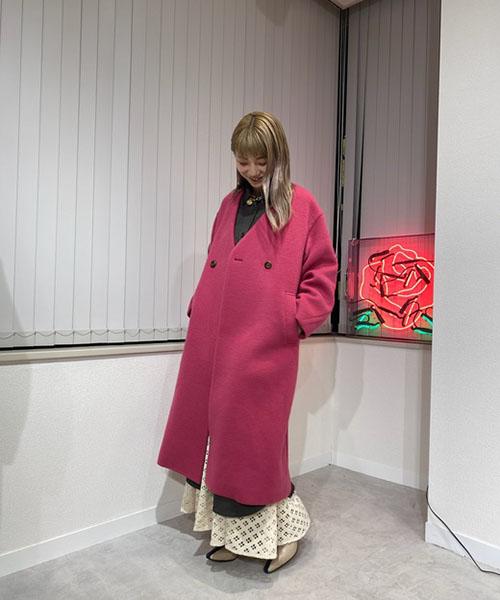 鮮やかなピンクのウールコートは、一見派手になりがちですが 合わせるアイテムによって挑戦しやすく、オシャレに着こなせるアイテムです。 ワンピースの中にあえてスカートをレイヤードして、素材の見せ方で楽しむコーディネート!