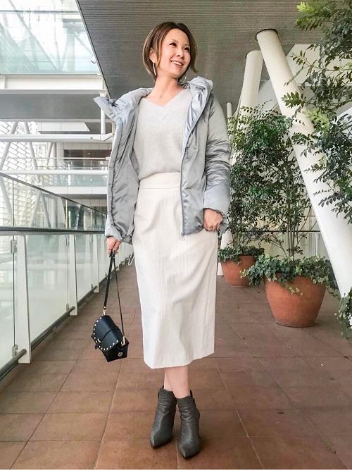 白とグレーのワントーンコーディネート。 エコダウンを使用したサテンショートダウンは、ダウン特有のモコモコした縫い目がないのでスッキリと着られます。 スエード調の起毛素材なのでシャカシャカ音もしません。 フォックスのニットはVの空きが広めなので、少し肩を落として着るとデコルテがスッキリと見えて女性らしい着こなしになります。 (全て9号サイズ着用)  玉川高島屋ショッピングセンター  MODEL:H161cm