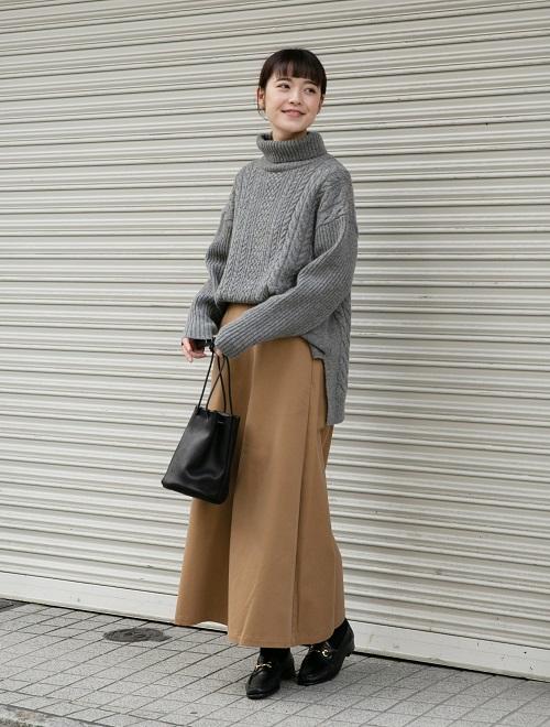 程よくゆとりのあるシルエットが女性らしいタートルニット。  フレアスカートと合わせて大人カジュアルなコーディネートにしてみました。  サイドにスリットが入っているので フロントインしやすくスッキリと着れますよ◎