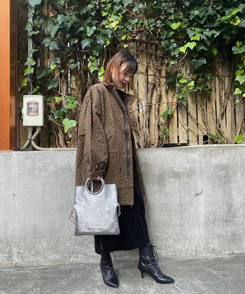 レオパードのジャケットは、スタンドカラーが特徴的!首元まで閉めても可愛いデザインです。 アシンメトリーになったワンピースはUNIVERSAL OVERALL。 コーデュロイ素材なので今時期にぴったり! 足元はブーツで冬の装いに・・・
