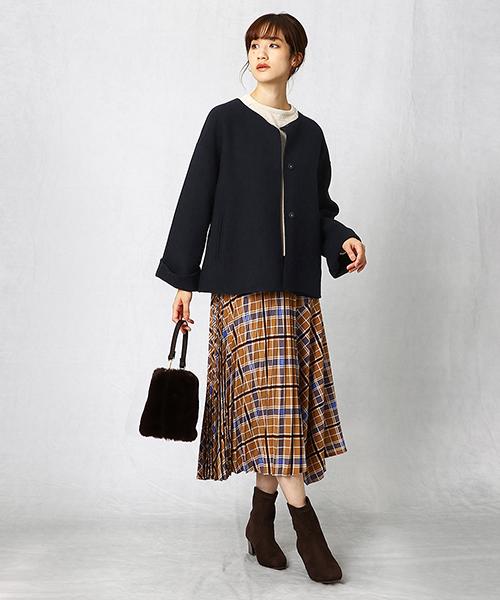 秋冬の定番・チェックのスカートは、今年顔にアップデートされた新鮮なデザイン。生地の切り替えに工夫してこだわったデザインスカートだからこそ、合わせのアイテムはシンプルに。ファーバッグが暖かさをプラスしてくれています。