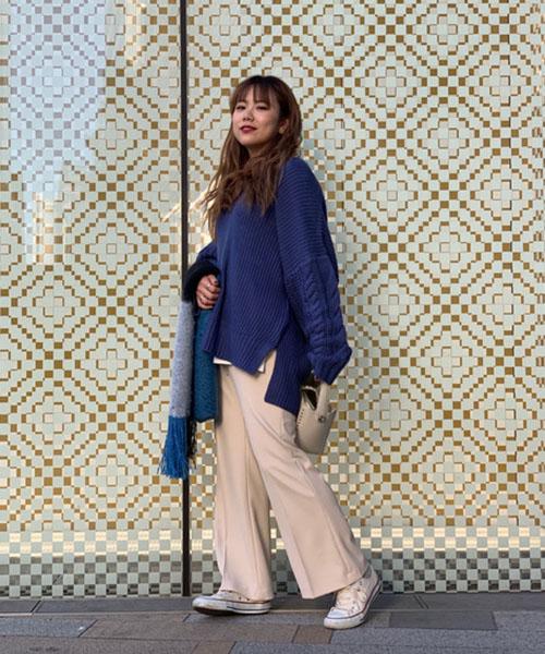 色の綺麗なブルーのニットを爽やかにホワイトのフレアパンツで今季らしく合わせたカジュアルなコーディネート。 ざっくりとした形の可愛いニットは、深いVネックなのでスッキリそのままでも、中にタートルなどとレイヤードしても素敵です!お尻までかくれる丈なのでどんなボトムスにも合わせやすいです◯袖のケーブルがポイント。 人気のフレアパンツは形が綺麗で持っていたら必ず使えるアイテム!シーズンレスでお使いいただけます。