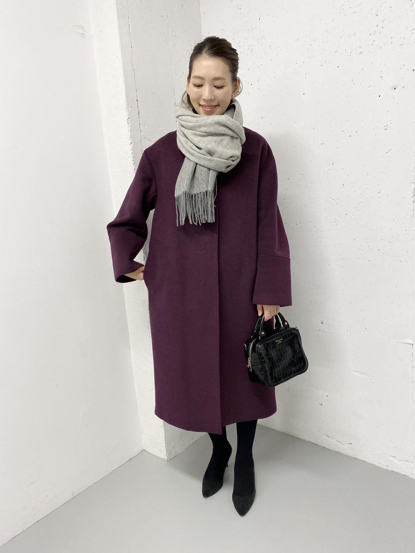 綺麗なパープルカラーのアウターはシンプルに着るだけで様になりますね。 カシミヤストールをぐるっと巻いて。 これからやって来る寒い冬に◎  モデル:164㎝