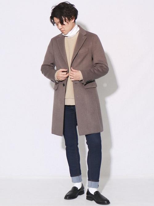 オンオフ着まわせる万能チェスターコート。 グレーのカラーがインナーのベージュとの相性が◎ 定番のデニムと合わせて、カジュアルな雰囲気に。
