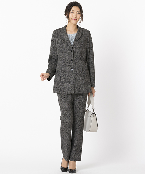 【リリアンビューティ 大きいサイズ】 イタリア製素材を使用したニットジャカードスーツ。柔らかな肉感と着心地の良さがポイント。落ち着きのある色合いでかっこよく。スーツとしてはもちろん、単品でも活躍するアイテムです。