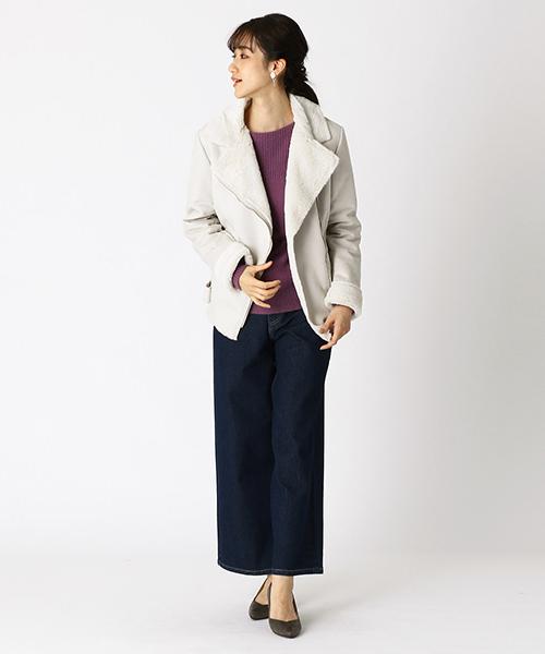 上質な素材感のショートコート。 大きめな襟元は、女性らしいネックラインを演出。 インナーはアクセントカラーのワインをチョイス。 ボトムスは、ネイビーを合わせて、落ち着きのあるキレイめな印象に。
