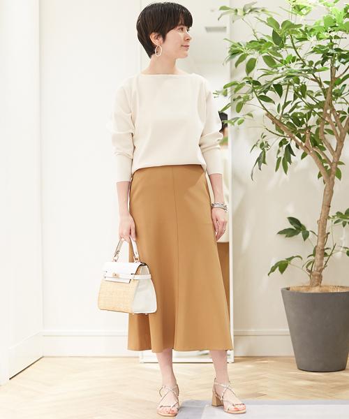 クリアな表面感が特徴のプルオーバーにほのかな光沢が魅力のフレアスカートを合わせた上品なコーディネート。 シンプルなデザインながらも女性らしくエレガントな印象でオフィスシーンにもおすすめです。