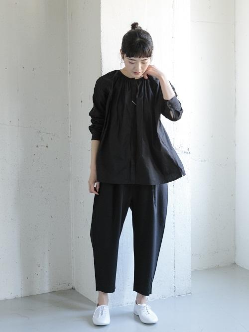 ブラック×ブラックのセットアップ風コーデ。  ワントーンで合わせるだけで 上品できれい目な印象に。  普段はデニムなどと合わせてカジュアルなコーディネートもおすすめです。