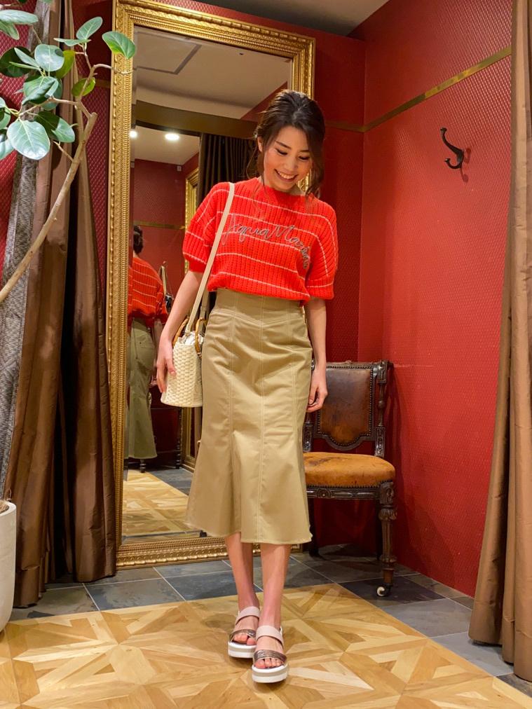 夏のマリンをイメージさせるロープ状のコード刺繍が可愛いトップスは、ルーズシルエットで着回し抜群なアイテムです! フェミニンな印象のスカートは、マーメイドシルエットでウエスト周りがすっきりと見えます☺︎!  H:160
