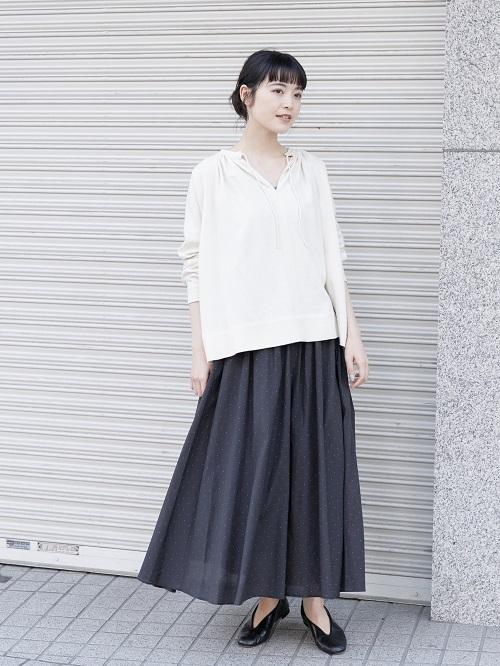 華奢なドット柄が上品なスカート。  抜け感のあるトップスと合わせて 女性らしいコーディネートです。  トップスは、コットンシルク特有のピリングが 雰囲気たっぷりです。