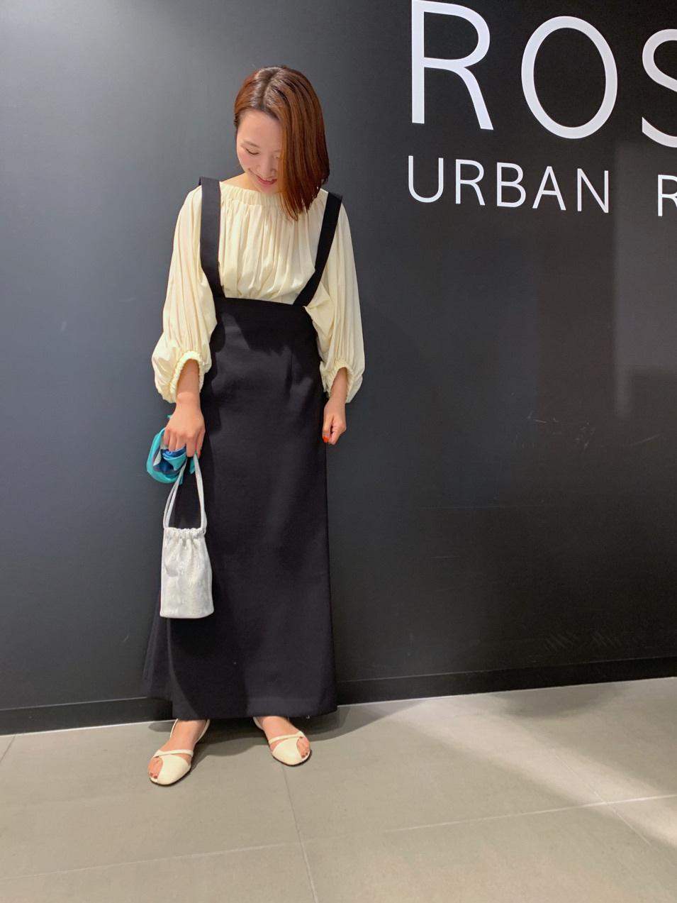 キレイめに履けるのが嬉しい、 サロペット風のスカートが入荷しました! ハイウエストですっきりしたラインなので ボリュームのあるトップスを◎  EENK / Hova bagのROSSO別注は、 今年らしいパイソン柄。 お手持ちのスカーフを合わせて アレンジして頂くのがおすすめです◎  モデル:155㎝