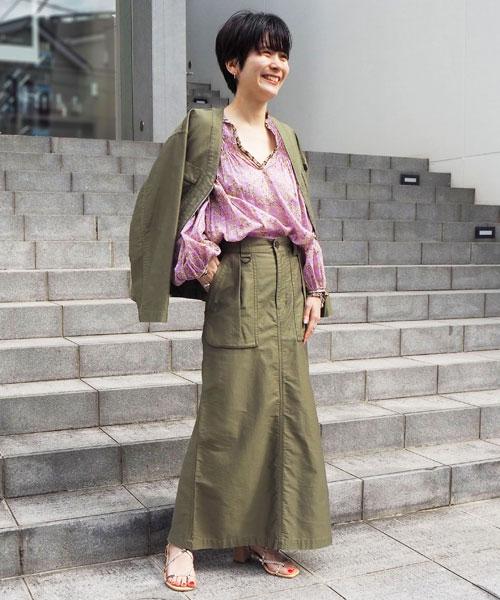 ミリタリーテイストのデザインでカジュアルなアイテムに女性らしく華やかなブラウスを加え、上品に着こなしたセットアップスタイル。 足元はヌーディーなヒールサンダルを選び春らしい軽やかな印象に仕上げました。