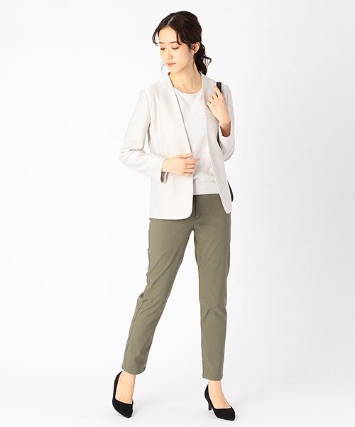 ノーカラーのジャケットで首元をスッキリと。 カーキカラーのパンツを合わせて、 オフィスカジュアルなコーデ。