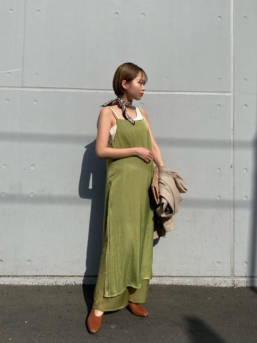サテンとシースルを取り入れたトレンドコーデです。ワンピースは背中で調節可能なので、小柄な方でも着ていただけます!