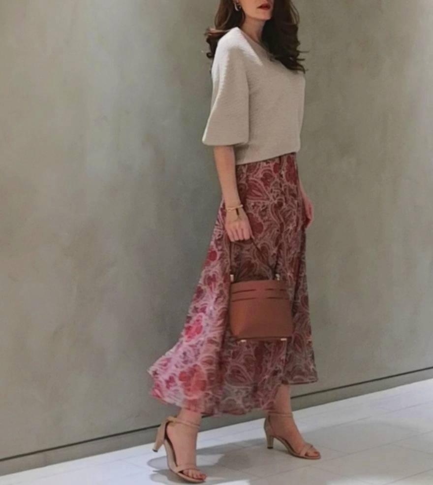 リラックス感のあるゆったりしたニットをボトムアウトし、大人エレガントに揺れるマキシ丈の上品なスカートを合わせたスタイル。茶系の小物合わせで統一感を出しました。  172㎝