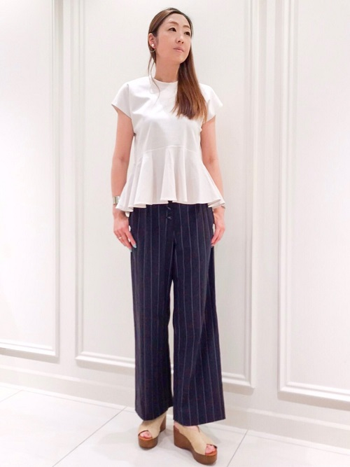 1枚で着るだけでスタイリングが決まる優れたフリルカットソー。コットン素材で着心地抜群で、少し光沢感があるためきれい目にも使えます。ネイビーに白のストライプが入ったハイウエストパンツはスタイリッシュに穿ける一着。ストレッチが効いていてご自宅で洗える素材なのも魅力的。おすすめです。 (上下ともに9号サイズ着用)  玉川高島屋ショッピングセンター  MODEL:H170cm