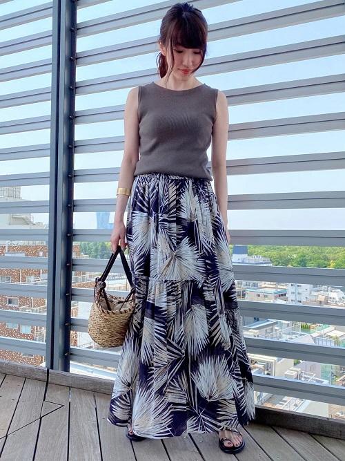 リーフ柄スカートのリゾートコーデ。 ニットはとても柔らかいリブで伸びも良く着心地抜群です。 スカートはシックなカラーで、トップスを選ばず着まわしていただけます。 (上下共に9号サイズ着用)  新宿高島屋  MODEL:H157cm