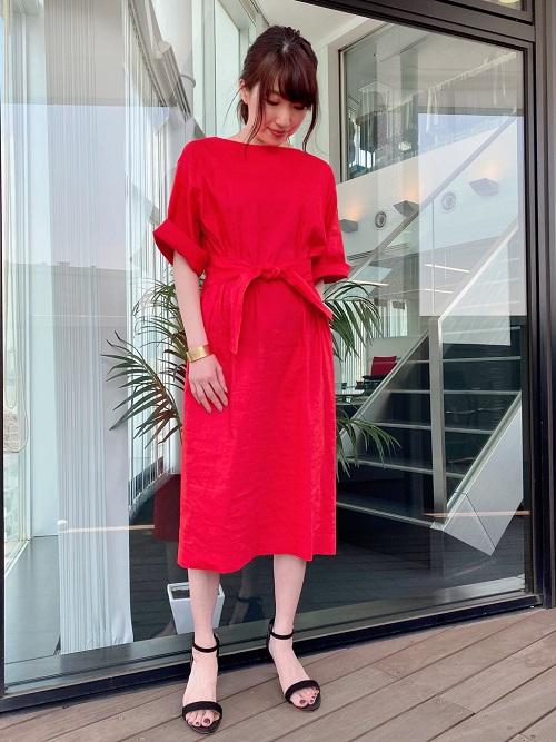 リネン混のワンピースは夏にピッタリの一枚。 きれいな発色のレッドが華やかさを演出してくれます。 ストレッチ性もあり着心地抜群、袖は折り返しても、下ろしても着ていただけます。 (9号サイズ着用)  新宿高島屋  MODEL:H157cm