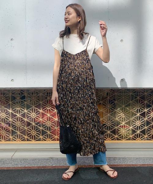 キャミワンピースは柄物だと印象的ですよね! カジュアルめにTシャツとデニムで合わせました
