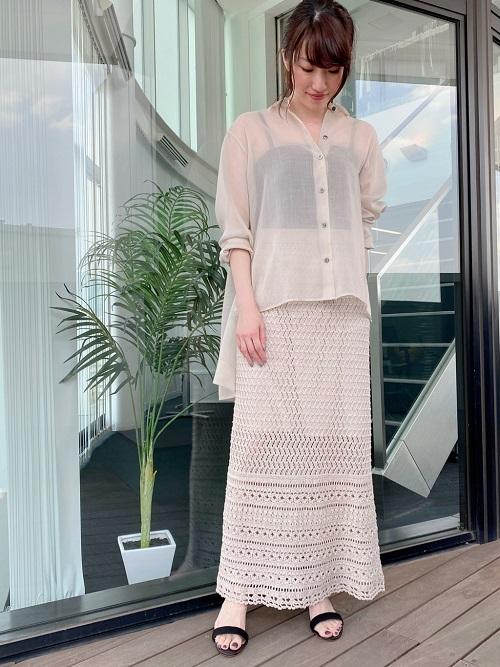 シアーブラウスと、かぎ編みスカートのトレンドコーデ。 透け感のあるブラウスは裾に前後差のあるデザインでこなれ感UP。 スカートは裏地が付いている為、ヒップ周りのラインを拾いにくく安心して着用できるのも嬉しいポイントです。 (上下共に9号サイズ着用)  新宿高島屋  MODEL:H157cm