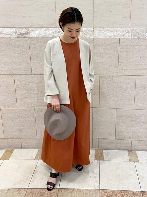 夏の定番、羽織りのサファリジャケットです。  モデル身長:161cm