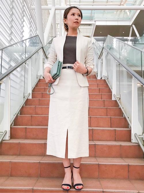 """毎年人気の""""ポンテトルト社""""の麻生地を使用したジャケットとスカート。 伸縮性があり着心地が良く、少し艶があるため品良くお召しになれます。 スカートは単品で普段に着てもオシャレです。  (全て9号を着用)  玉川高島屋ショッピングセンター  MODEL:H161cm"""
