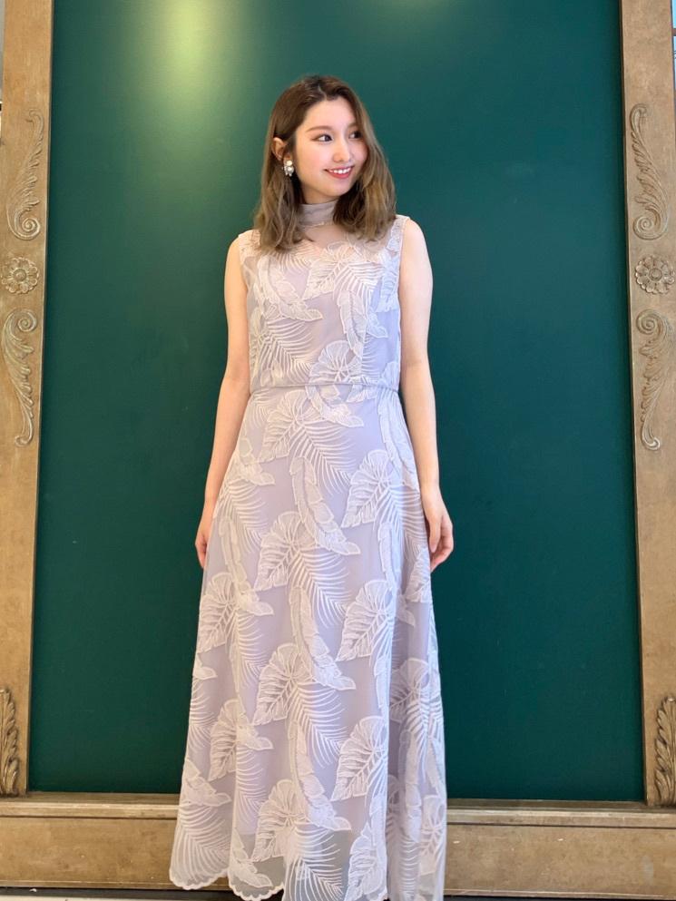 モンステラなどの大胆なリーフモチーフが刺繍されたコードレースドレス◎ 柄を一から緻密に計算し作り上げた、こだわりが詰まった美しいレースが最大の特徴。 ボディラインを美しく見せる縦長の美シルエットと、今年らしいハイネックが女性らしさを漂わせます。  身長:153㎝