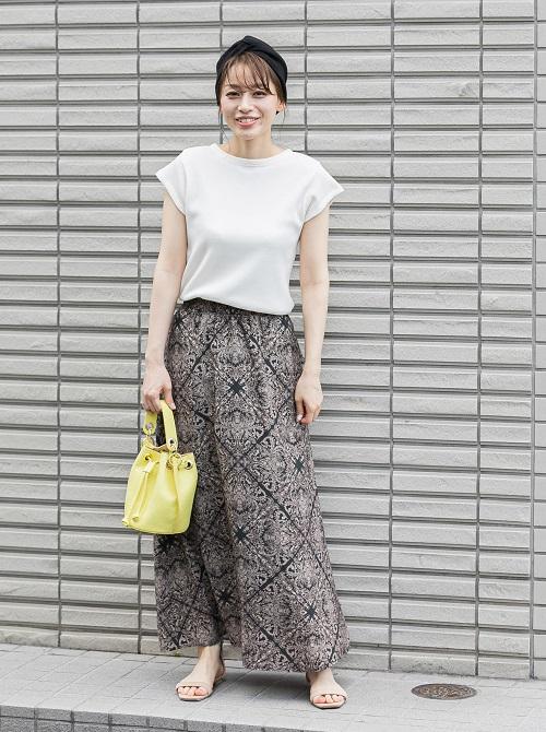夏にぴったりなエスニック柄スカート。 繊細で落ち着いたデザインなのできれいめアイテムとも相性が良く、大人の方でも着やすく仕上げています。 表情のあるサーマル生地を使用したトップスは1枚でこなれ感が漂います。 前後で着用可能な2WAY仕様。