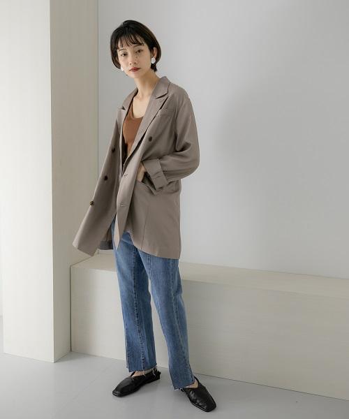 定番になりつつあるテーラードジャケットがサテンになって登場。綺麗めな印象を残しつつ、オーバーサイズにすることでカジュアルなスタイルにも合わせやすいデザインになりました◎フロントスリットが入ったデニムを合わせ、今年らしいスタイリングに。