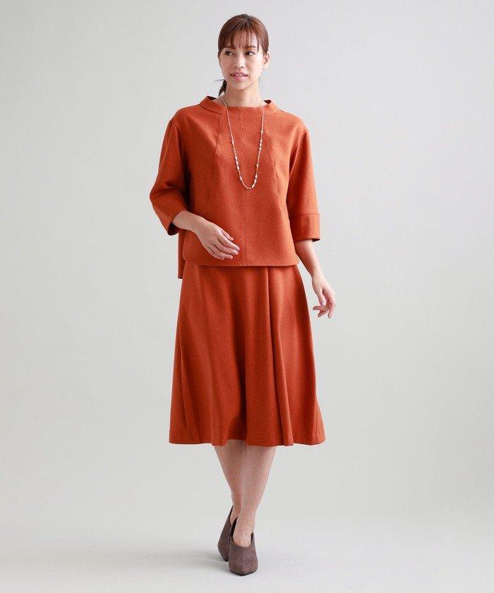 着合わせしやすいデザインのミディレングスセミフレアースカート。単品での着用はもちろん、同素材のブルゾンやジャケット、ブラウスと合わせてセットアップでの着用もおすすめです。