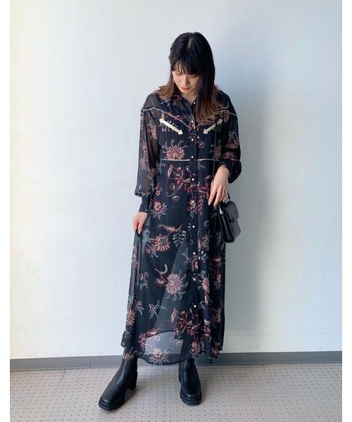 ウエスタンディテールが可愛いワンピースです!バッグとブーツもブラック合わせでワントーンコーデにしました。前開きなので羽織りとして着るのもオススメです!