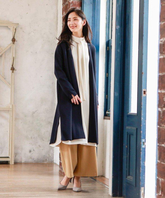 後身をプリーツ編地で切り替えたミラノリブのコーディガン。ワンピースとパンツのコーディネートの上に羽織っていただくスタイルが今年らしいおすすめです。
